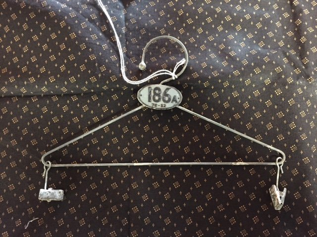 8 hanger antique greay/white