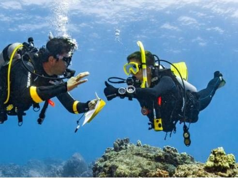 Padi Instructor asking student if he is good underwater