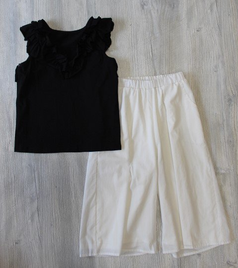 Isobella & Chloe Black Top & White Pant Set