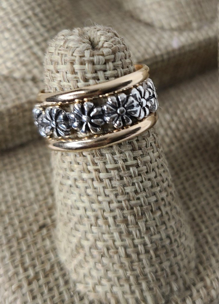 Gold Bands with Antique Daisy
