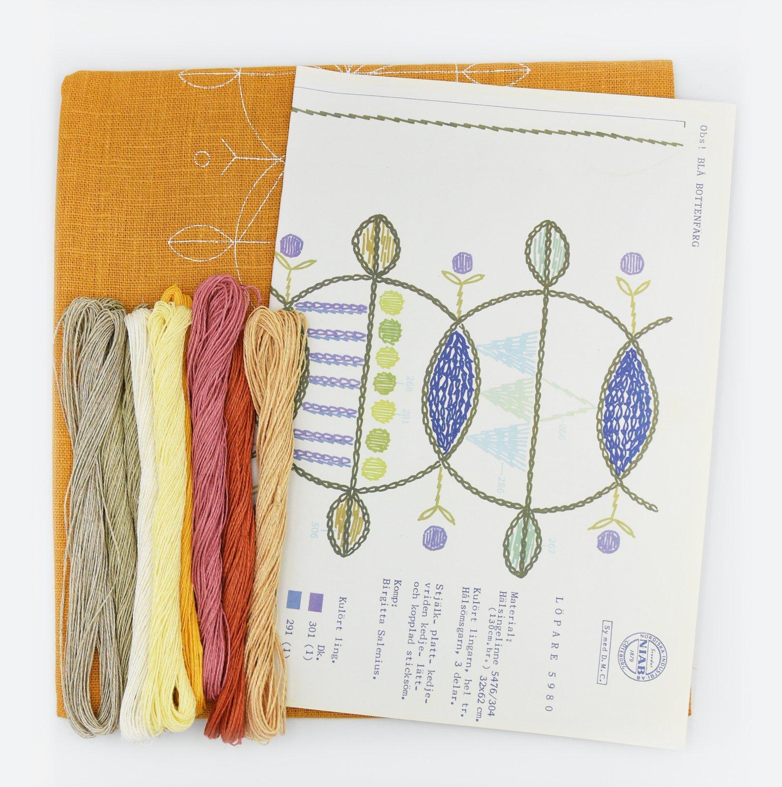 Linladan - Mustard Circle Runner - Nordiska print with linen threads