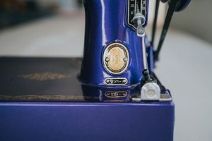 Singer Featherweight 221 painted midnight blue badge
