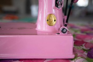 Singer Featherweight 221 painted Barbie pink badge detail