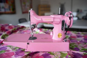 Singer Featherweight 221 painted Barbie pink, front