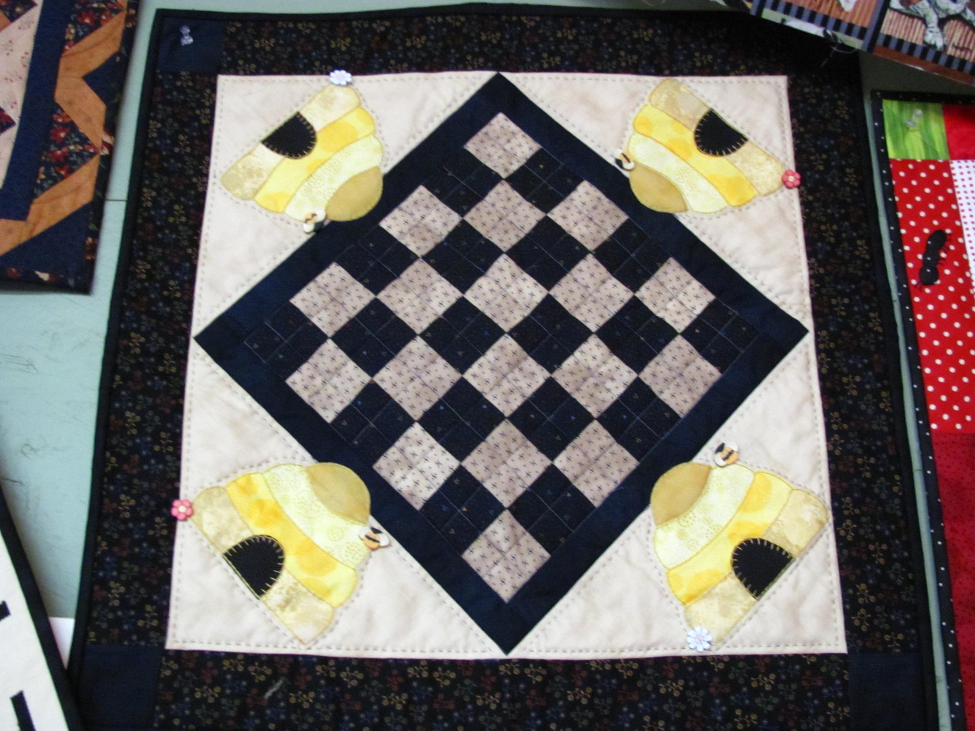 Busy Bees Table Topper (Aug) Kit 22 x 22