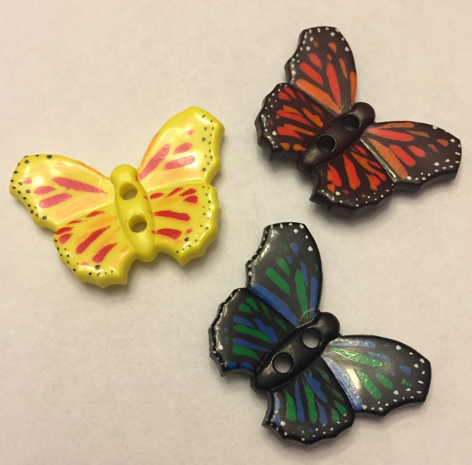 *BUTTERFLY PLASTIC TWO-HOLE NOVELTY BUTTON//MULTI//1 1/8 - 28MM//WASHABLE - DRY CLEANABLE//DILL BUTTONS