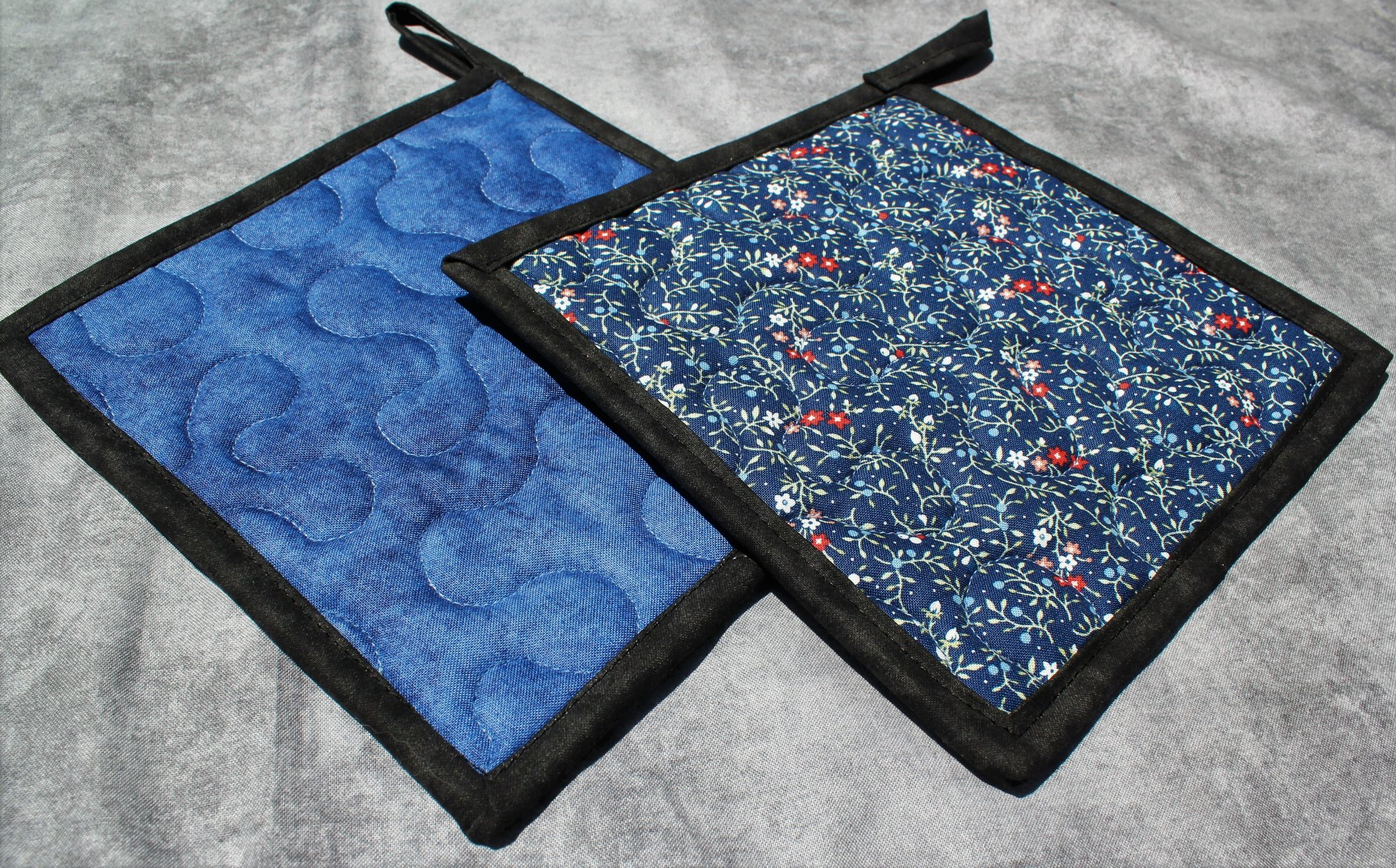 Blue/Red/Peach/White Flowers and Leaves Potholders Set of 2