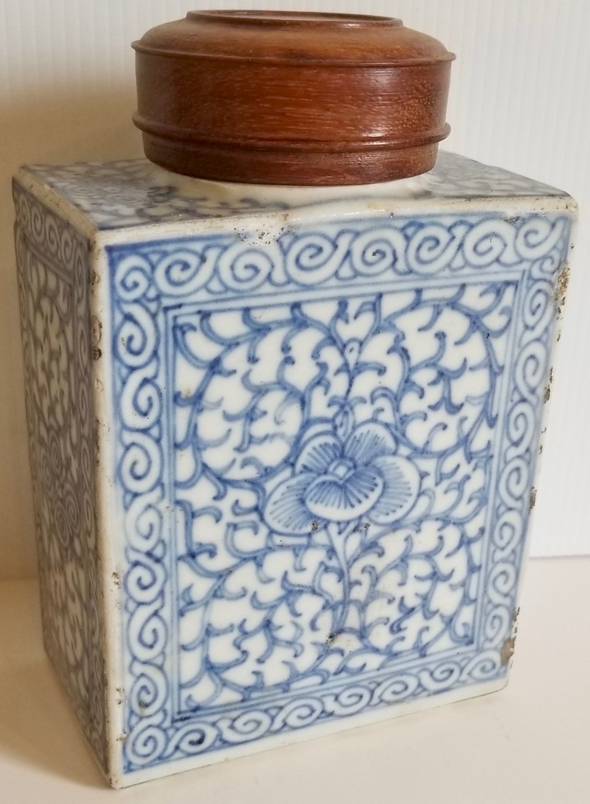 Chinese Qing dynasty blue and white porcelain tea container with wooden lid