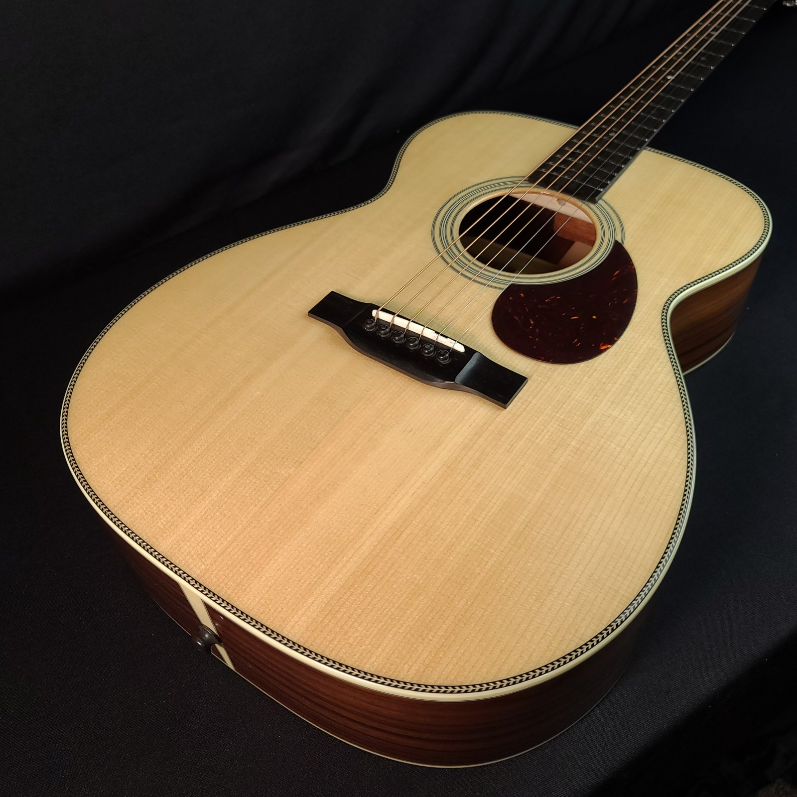 Eastman E8OM Orchestra Natural Acoustic Guitar With Case 5268