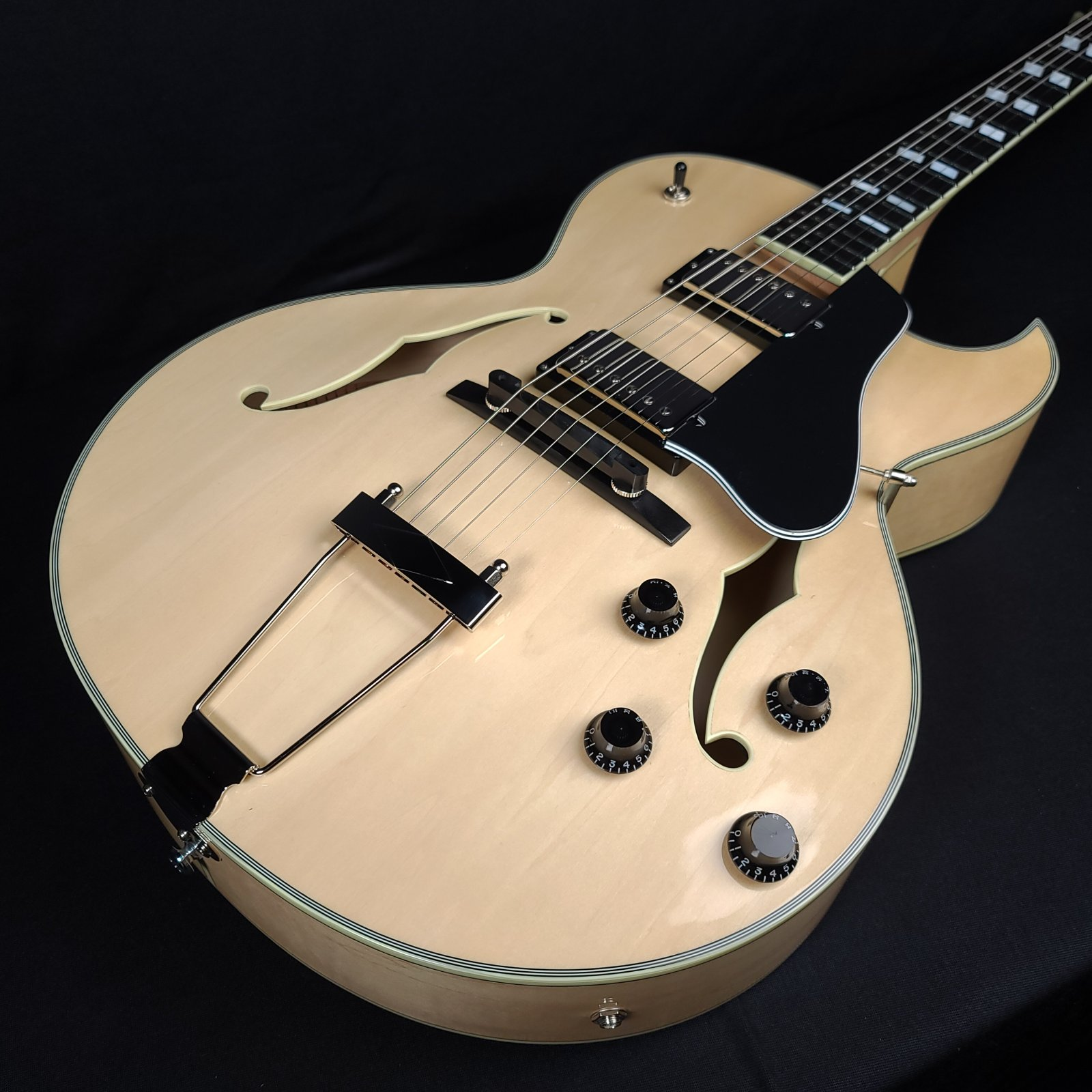 Eastman AR372CE-BD Blonde Archtop Guitar With Case