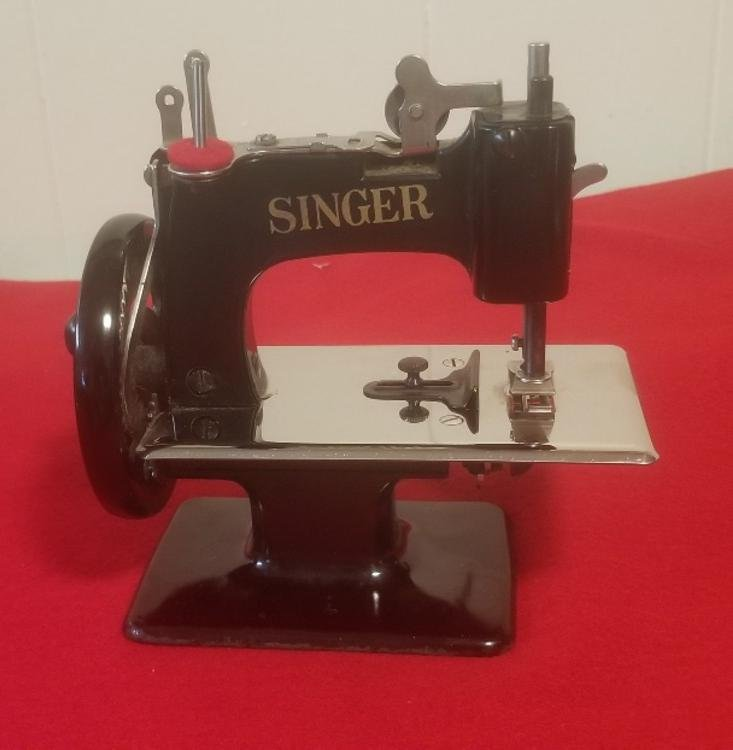 Singer Model 20-10 Toy Sewing Machine - Sewhandy