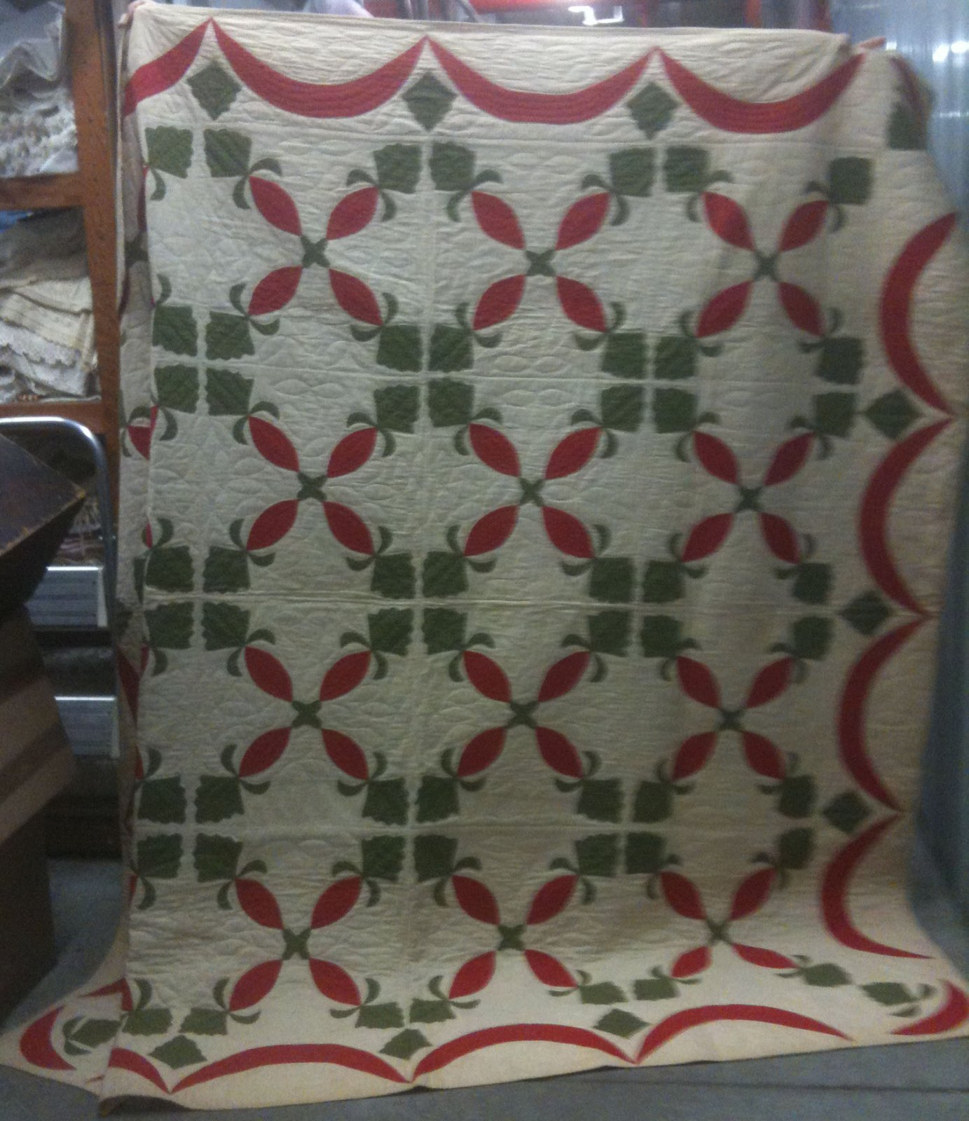 PINEAPPLES AND SWAG BORDER APPLIQUE ANTIQUE QUILT