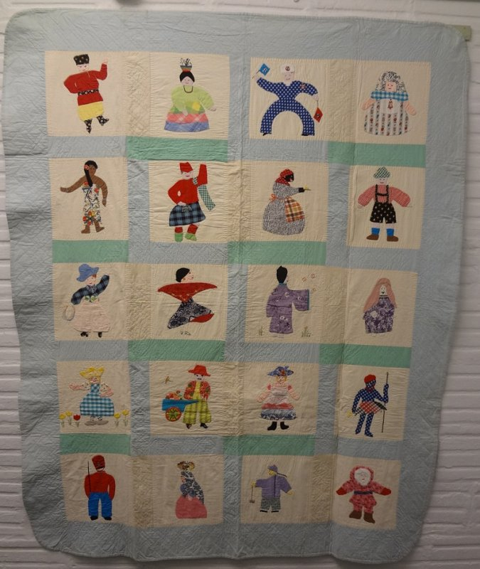 DOLLS OF THE WORLD ANTIQUE CRIB OR TRUNDLE QUILT