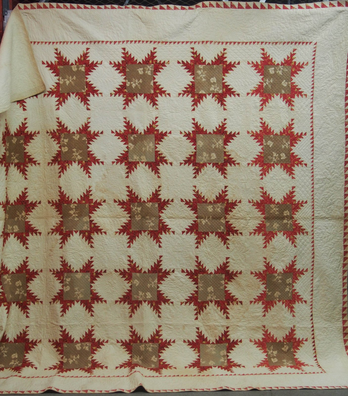 FEATHERED STARS red and camel WITH SAWTOOTH INNER BORDER ANTIQUE QUILT