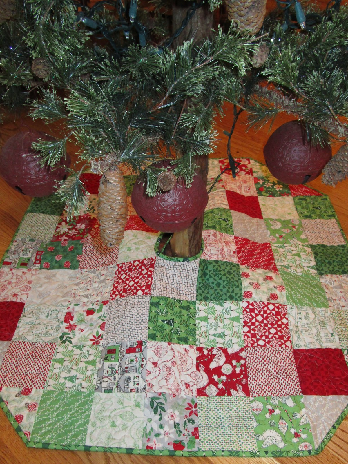 Merry Charm Tree Skirt - D