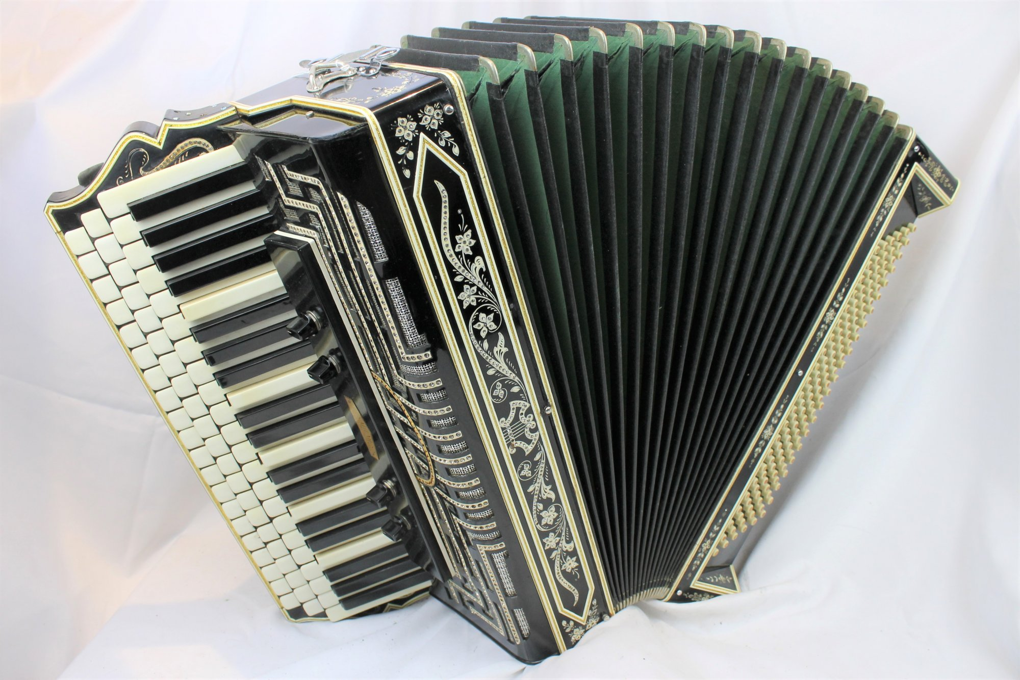 4048 - Black Kahlmen Chromatic Button Accordion B System LMM 84 120