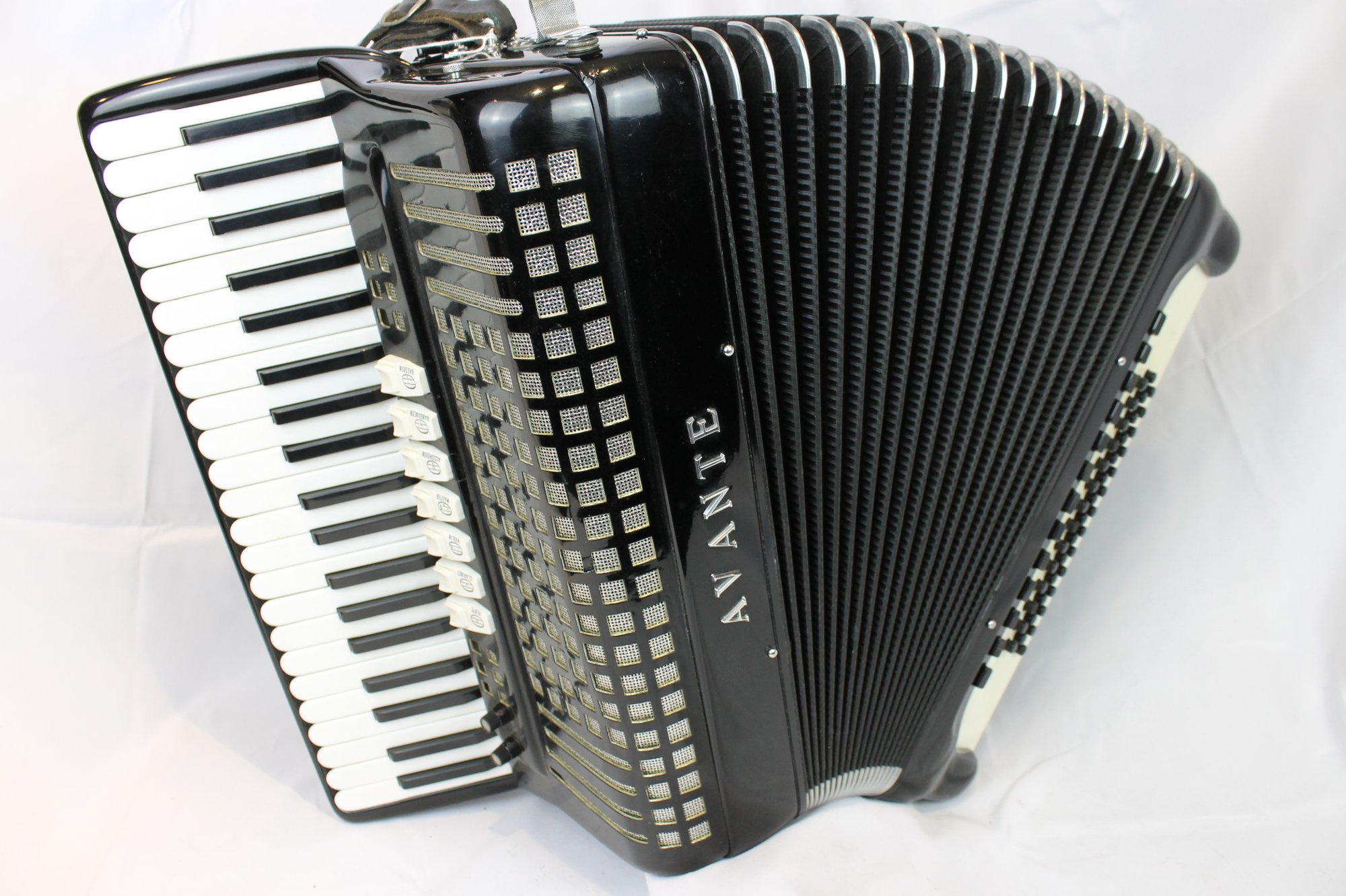 4058 - Like New Black Borsini Avante Bassetti C System Free Bass Piano Accordion LMM 41 120
