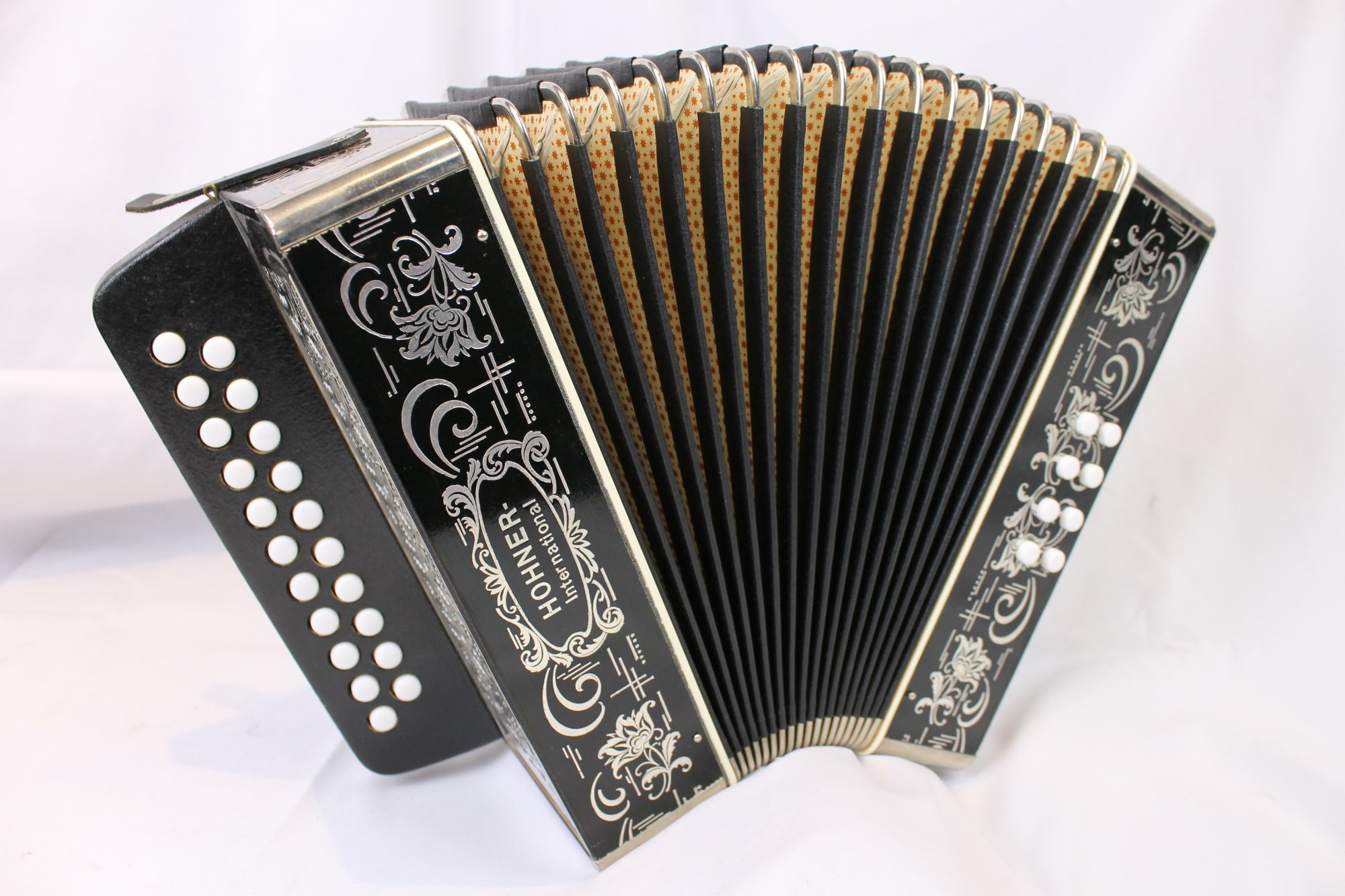 4135 - Like New Black Hohner Vienna Model 2915 Button Accordion GC MM 21 8