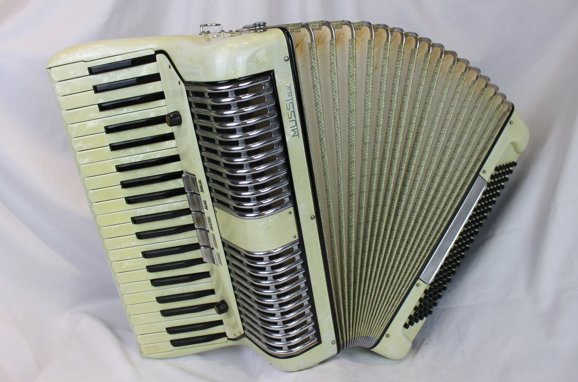 4272 - Cream Morbidoni Mussi Piano Accordion LMH 41 120