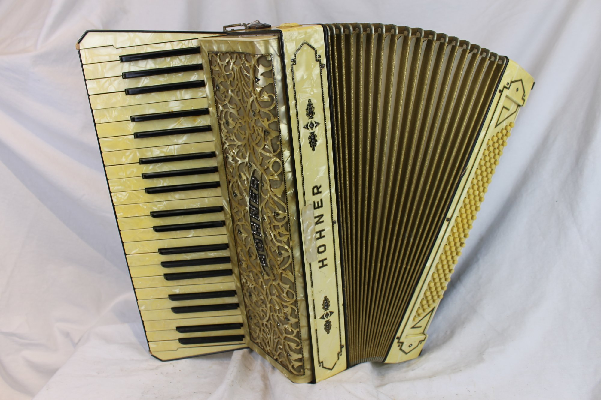6140 - Buttercream Hohner Piano Accordion LMMM 41 120