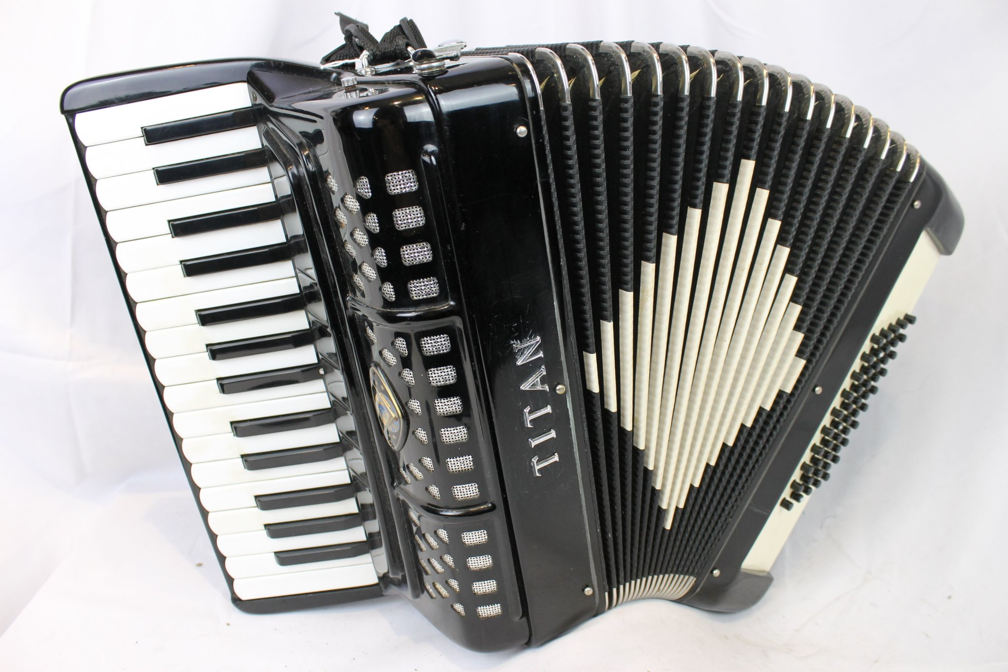 1605 - Black Titano Titan Piano Accordion LM 30 50