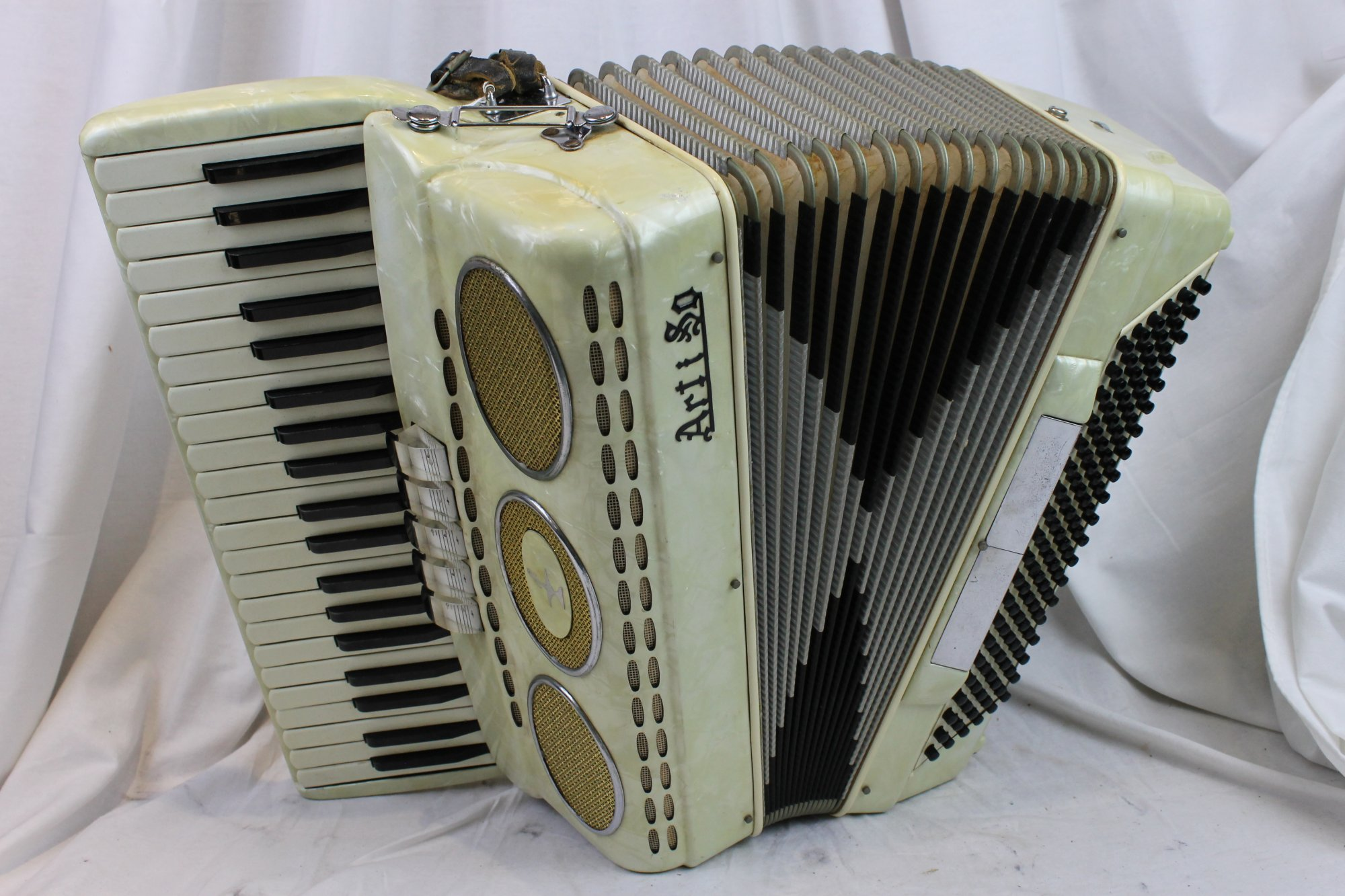 3111 - Cream Artiso Piano Accordion LMH 41 120
