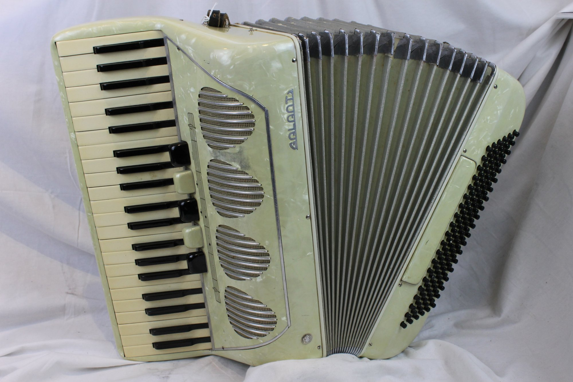 3118 - Cream Galanti Piano Accordion LMM 41 120