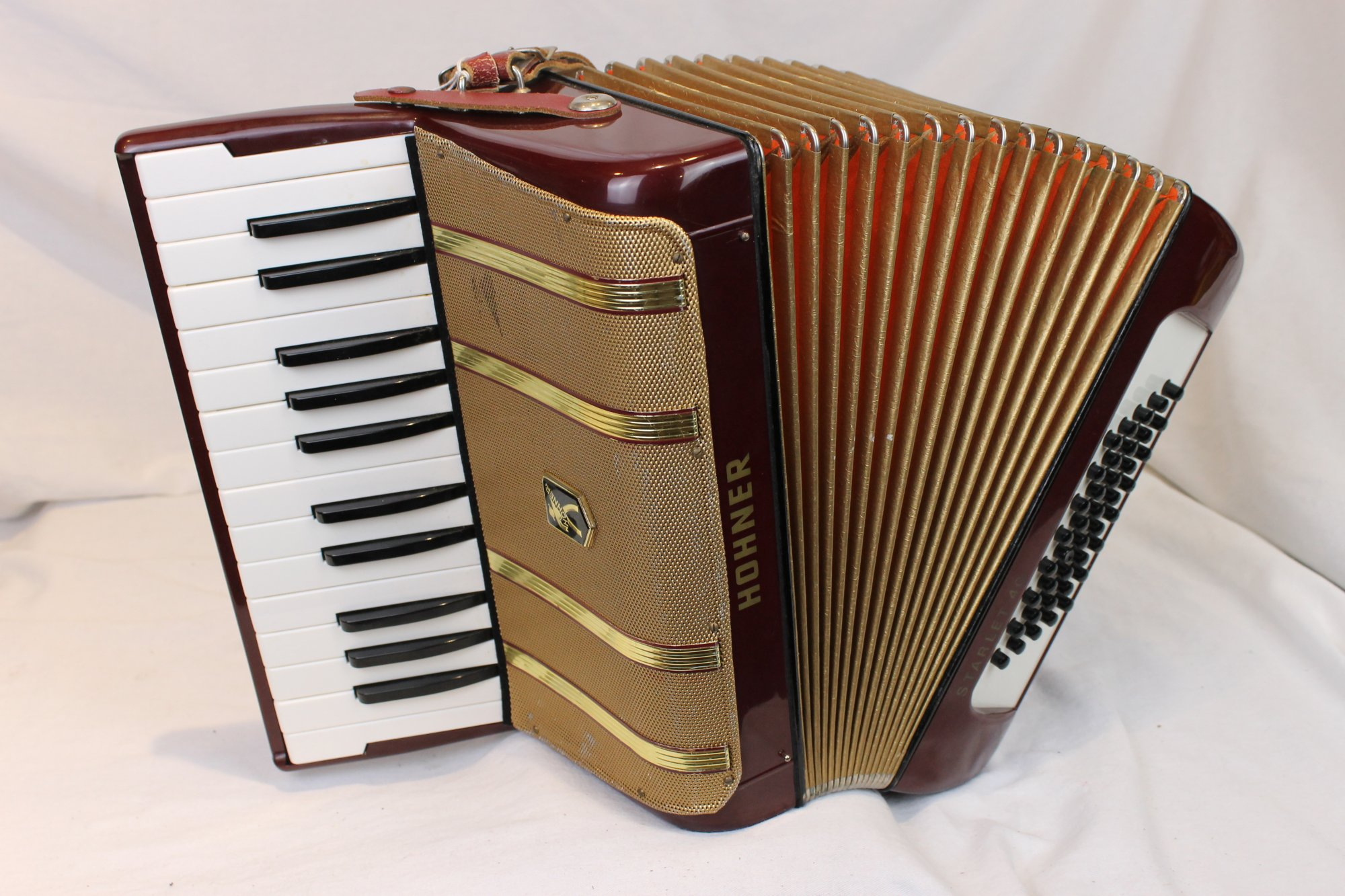 3548 - Red Gold Hohner Starlet Piano Accordion MM 26 40