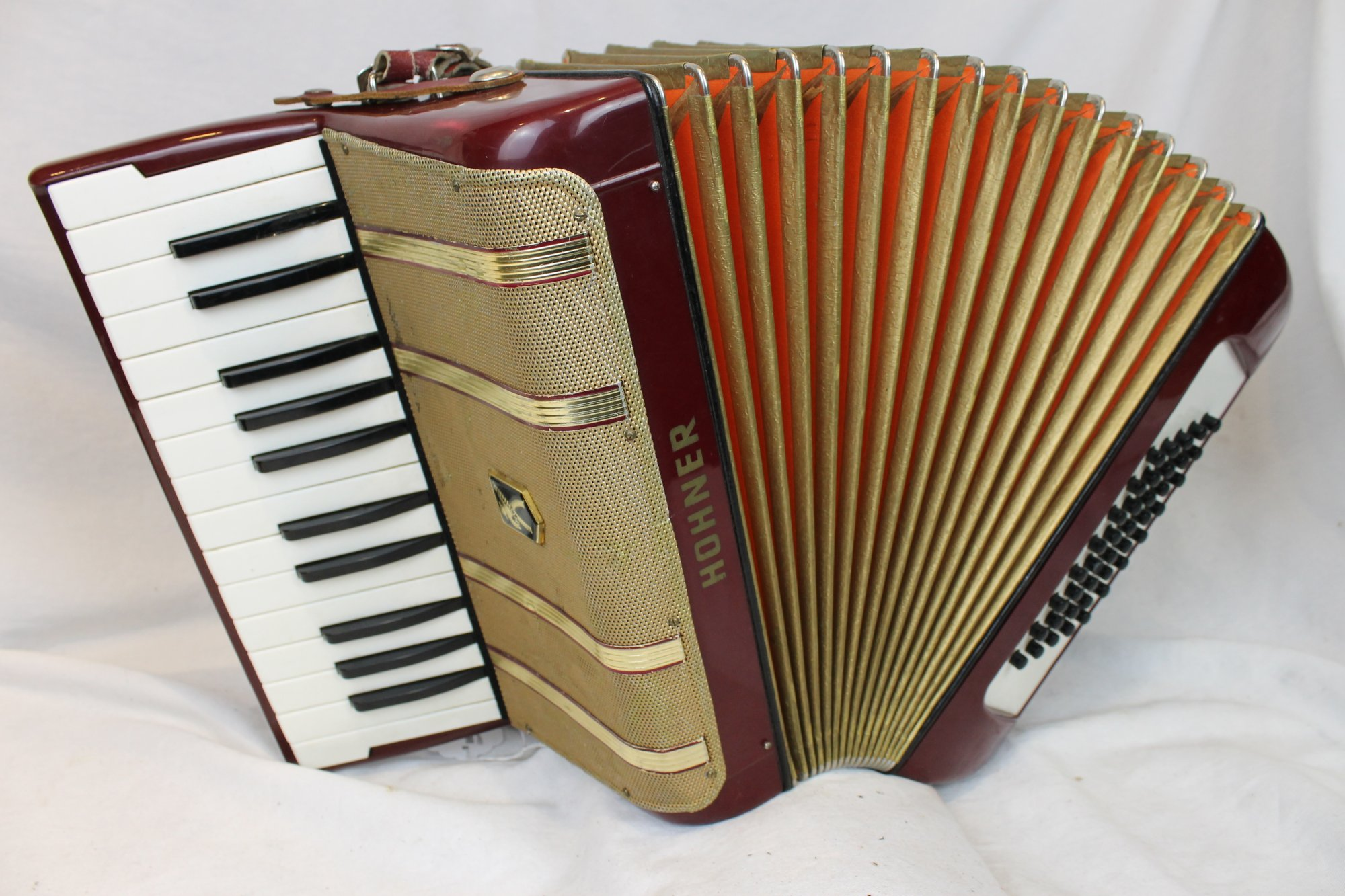 3628 - Red Gold Hohner Starlet Piano Accordion MM 26 40