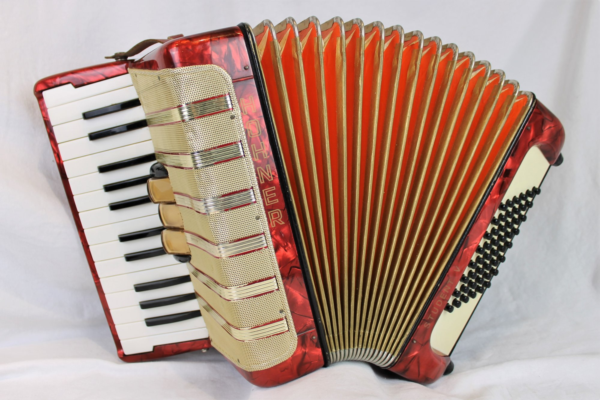 4675 - Red Hohner Student V Piano Accordion MM 26 48