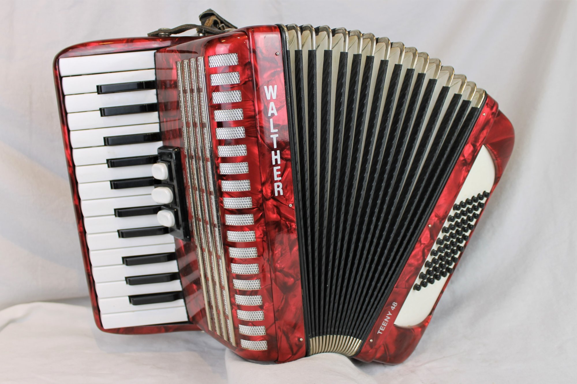 4728 - Red Walther Teeny 48 Weltmeister Perle Piano Accordion MM 26 48