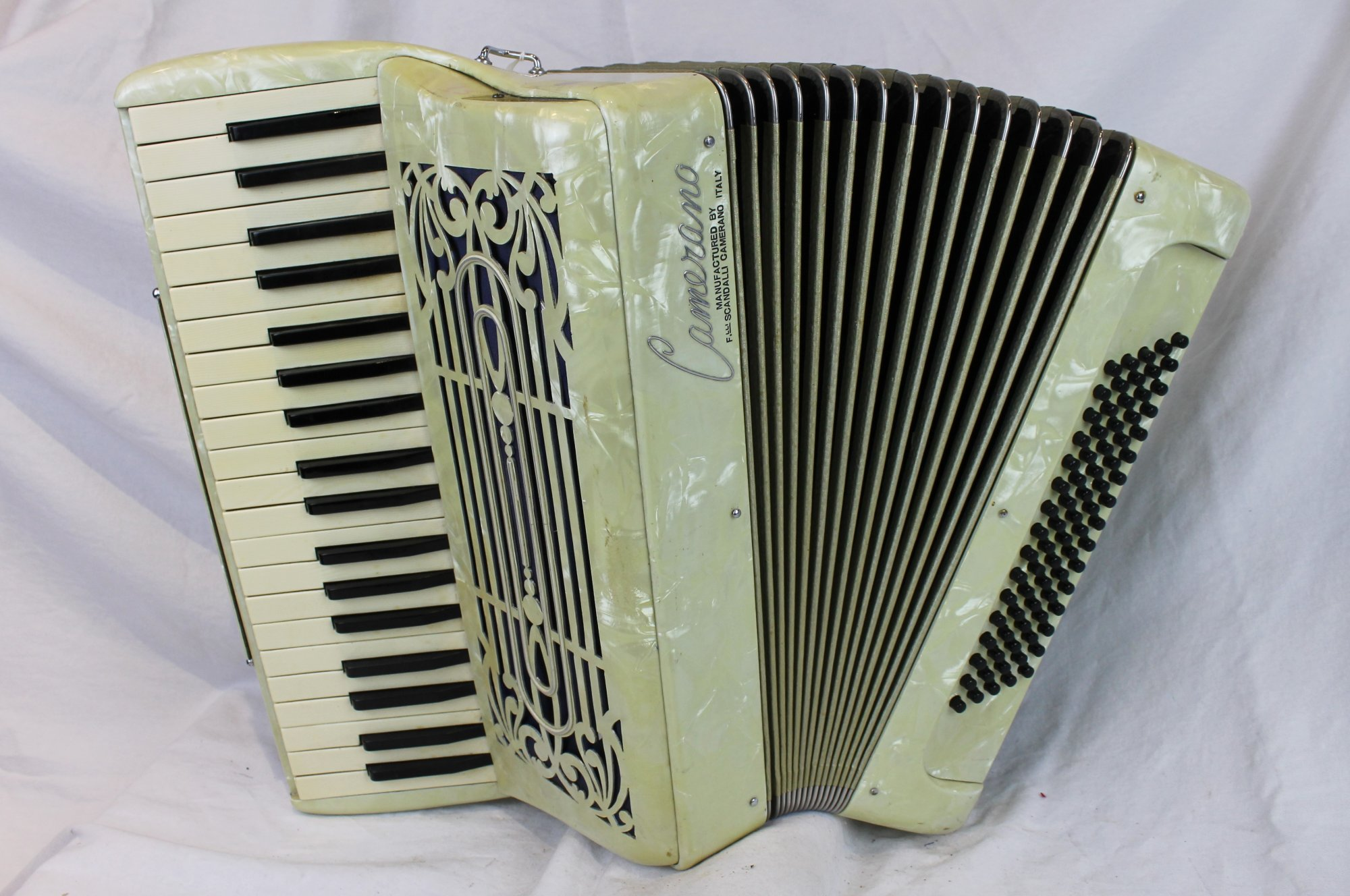 6069 - Cream Camerano Piano Accordion LMM 39 80