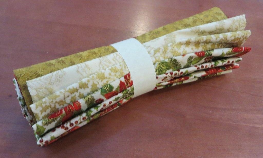 Poinsettias Pine - Fat Quarter Bundle (7 pieces) - Multi