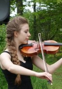 Picture of Anna Benninger on her violin