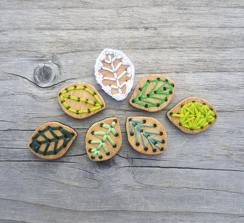 1 Leaf Buttons - Bamboo - Card of 4
