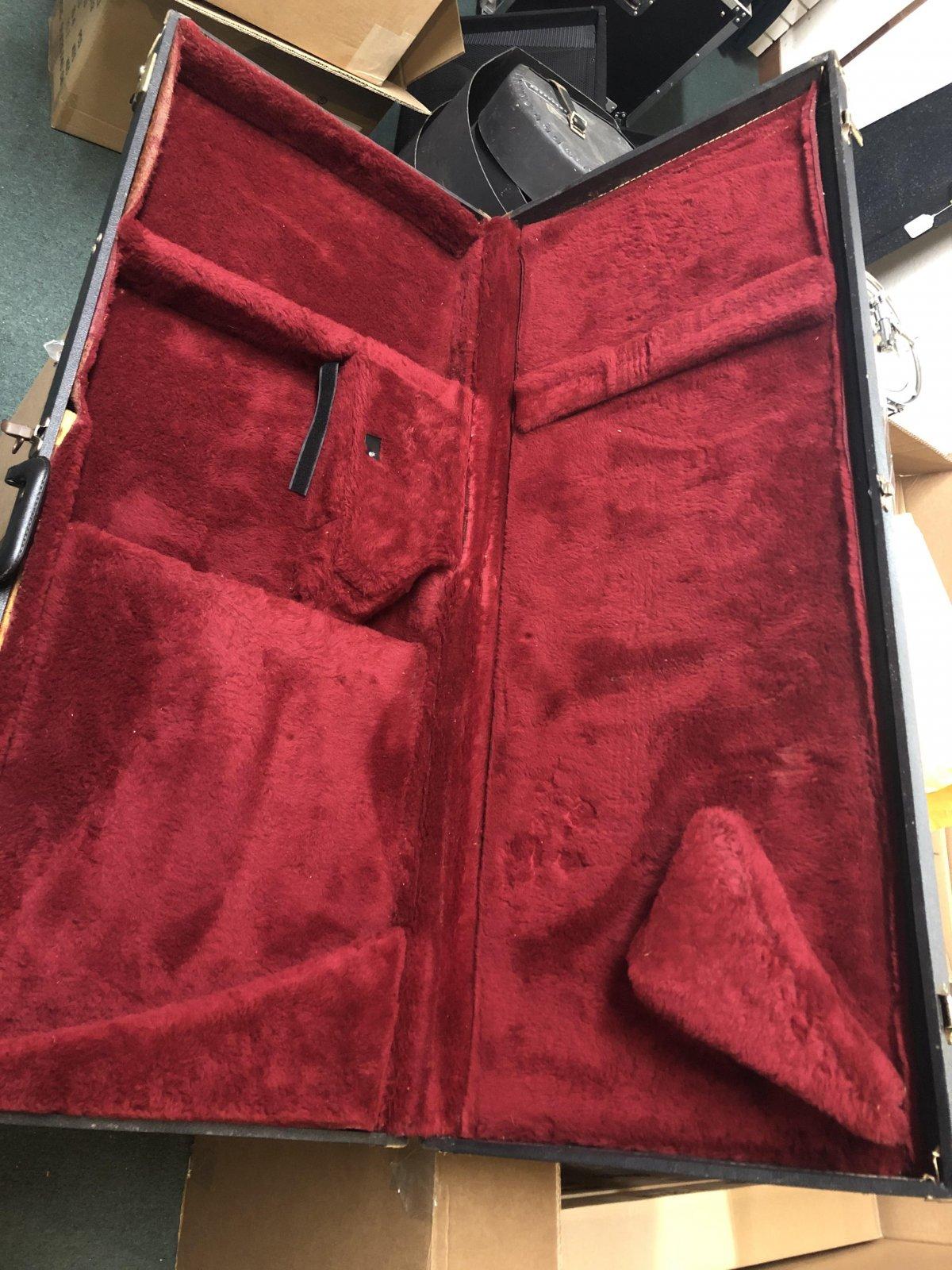 Gibson Explorer Case Red interior