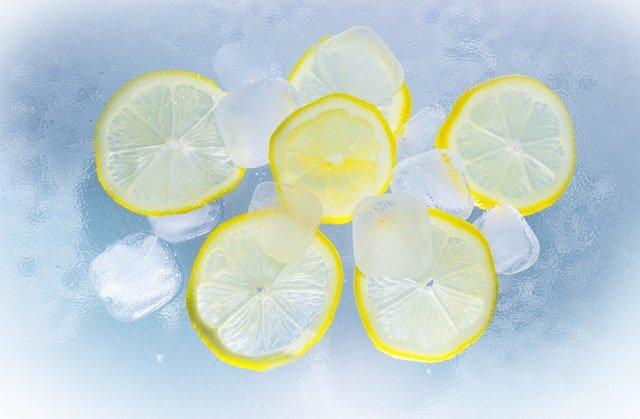 sliced lemons on ice