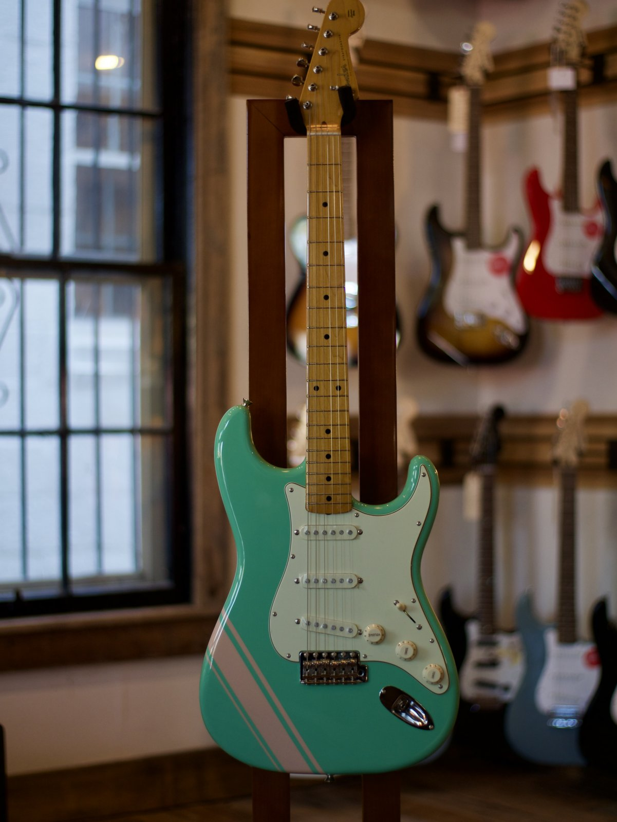Fender FSR TRADITIONAL '50S STRATOCASTER WITH STRIPE Surf Green w/Shell Pink Stripes