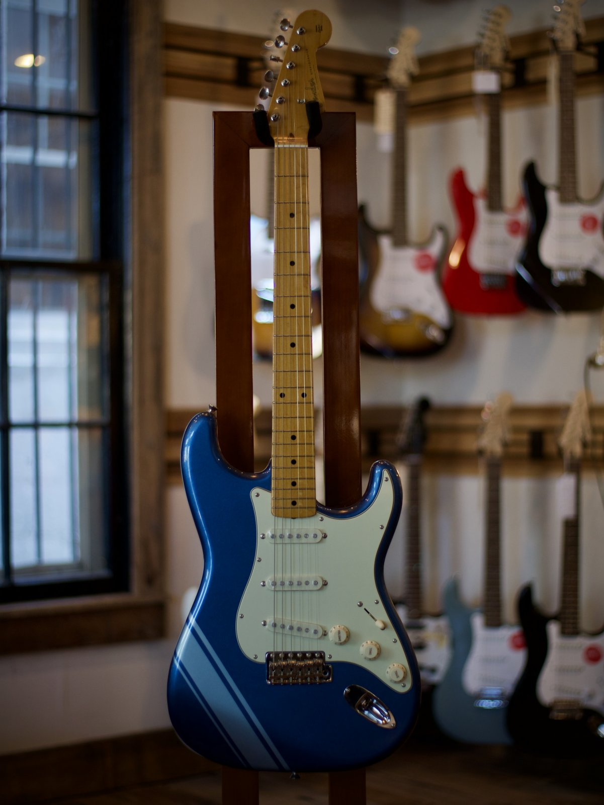 Fender FSR TRADITIONAL '50S STRATOCASTER WITH STRIPE Blue with Silver